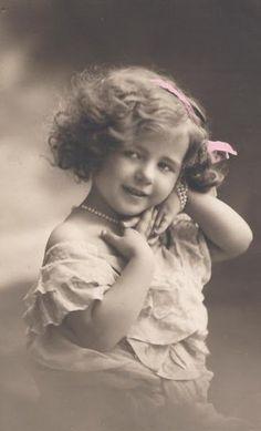 Lunagirl Moonbeams by Lunagirl Vintage Images: Free Image: Little Girl Diva Photo Vintage Children Photos, Images Vintage, Vintage Girls, Vintage Pictures, Vintage Photographs, Vintage Ephemera, Vintage Postcards, Images Victoriennes, Free Images