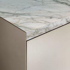 Struttura Palladio, avorio vetro laccato lucido, top in marmo calacatta