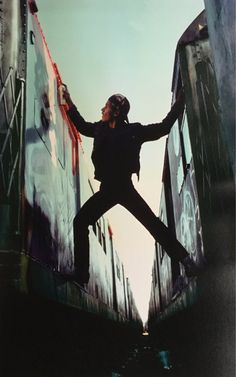 Martha Cooper, Dondi painting in yards, 1980