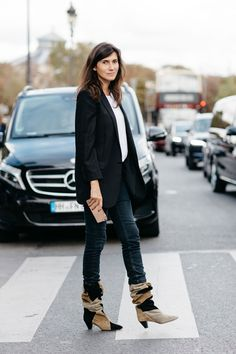 Street style à la Fashion Week printemps-été 2017 de Paris // Emmanuelle Alt wearing suede boots, jeans and black jacket.