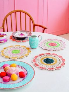 Love the color combination of this crochet setting!