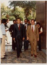 El Presidente de la Junta de Andalucía, Rafael Escuredo Rodríguez, entra en la Diputación de Córdoba, junto a su Presidente Diego Romero, para asistir al pleno extraordinario en el que se ratificaría el Estatuto de autonomía de Andalucía en octubre de 1981