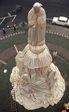 Christo and Jeanne-Claude  Wrapped Monument to Leonardo da Vinci, Piazza della Scala, Milano, Italy, 1970  Photo: Harry Shunk  © 1970 Christo