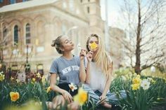 12 Ridiculously Cute Photos to Take With Your Best Friend This Summer - Project Inspired Photos Bff, Bff Pictures, Best Friend Pictures, Cute Photos, Summer Pictures, Cute Friend Photos, Good Vibe, Polaroid Pictures, Friend Poses