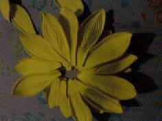 Flores em E.V.A. / PET / Meias de Seda: Girassol em e.v.a passo a passo Yellow Art, Fun Projects, Color Schemes, Crafts, Photography, Painting, House, Satin Flowers, Sunflower Art