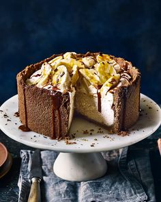 A cheesecake with a biscuit base so good, we added sides to it too. then filled it with decadent banoffee and salted caramel cheesecake goodness⠀ Banoffee Cheesecake, Banoffee Cake, Banana Cheesecake, Caramel Cheesecake, Top 10 Desserts, British Desserts, Dessert Recipes, Toffee, Panna Cotta