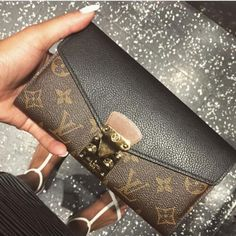 LV Shoulder Tote Louis Vuitton Handbags New Collection to Have LV Handbags New Handbags, Black Handbags, Fashion Handbags, Purses And Handbags, Fashion Bags, Tote Handbags, Womens Fashion, Fashion Trends, Handbags Online