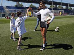 Dva dečaka iz Srbije u Microsoft spotu za Real Madrid O čemu dečaci širom sveta mogu da sanjaju? Pripadnici muške populacije lako mogu da odgovore na ovo pitanje, jer im verovatno nije teško da se prisete svojih snova iz tog razdoblja života. Ti snovi su nekada sasvim obični, nekada i teže ostvarivi, ali njihova karakteristika je svakako da su detinje iskreni. #realmadrid #microsoft #sport #fudbal #marketing
