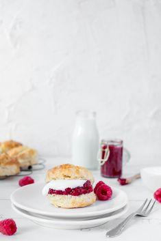 Zelf scones maken Clotted Cream, High Tea, Healthy Recipes, Healthy Food, Scones, Cheesecake, Menu, Desserts, Breakfast