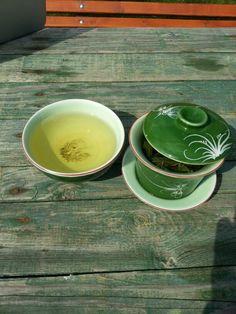 Zelenej caj piju denne. Nejenom, ze ma podobny ucinky jako kafe, ale taky pomaha zahanet stres, prospiva zubum a snizuje cholesterol v krvi. Ma vysoky podil antioxidantu, ktere z tela odstranuji volne radikaly a tim zabranuje starnuti :)) Priprava je trosku slozitejsi :) nesmi vam prevrit voda, protoze by to ten caj spalilo a chutnalo hnusne; teplota vody 80°. Dalsi vec je doba zaliti; prvni nalev slivam po 30 sec, druhy po 45 a treti po 1min.. pokud chcete caj silnejsi tak to nechte dele…