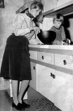 Linda Eastman McCartney in the kitchen with her daughter, Heather (years before she met and married Paul).