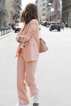 How to Wear a Pink Suit Comment porter un costume rose Summer Business Casual Outfits, Summer Work Outfits, Trendy Outfits, Mode Outfits, Looks Street Style, Looks Style, Edgy Style, Mode Style, Minimal Style