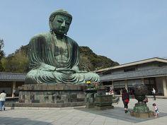 Buda de Kamakura - Japón. Las grandes estatuas de Buda son un elemento relativamente habitual en Extremo Oriente. Una de las más famosas es este Buda de Kamakura que recibe su nombre de la ciudad en la que se encuentra y es una gran representación de bronce de más de 13 metros de altura y 93 toneladas de peso, pese a que el interior está hueco y, de hecho, se puede visitar su interior. Se cree que es del año 1250, aunque no se tiene certeza absoluta de que no se hubiese cambiado esta…