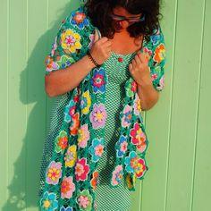 Kijk wat ik gevonden heb op Freubelweb.nl: een gratis haakpatroon van Jorina Twigt, oftewel crochet Rainbow Tales, op de site van byClaire om deze prachtige bloemensjaal te maken https://www.freubelweb.nl/freubel-zelf/gratis-haakpatroon-bloemensjaal-2/