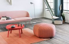 Rosa Sofa im Loft, roter Tisch, Pouf