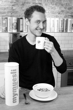 Jan (Webshop Manager) braucht nicht viel: Kaffee und Müsli. Er mixt sich sein Lieblingsmüsli auch schon mal selbst.  Jan (Webshop Manager) does not need much: coffee and cereals. Sometimes he mixes his favorite cereals all by himself.