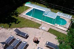Nuestra piscina y el solarium, visto desde la primera planta del hotel...