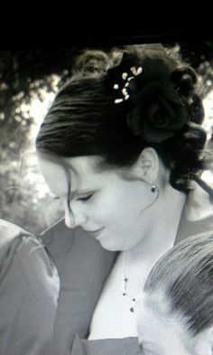 Daughter of the bride wearing the rose comb ♥