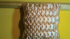Tutorial Crochet Fabric, Crochet Pillow, Canadian Smocking, Smocks, Smocking Patterns, Diy Cushion, Handmade Cushions, Ribbon Work, Fabric Manipulation