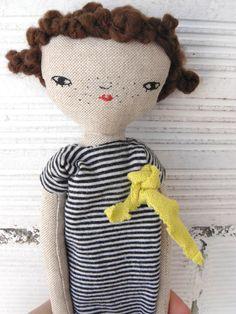Muñeca realizada en algodón con pelo rizado de lana. 27 cm de AntonAntonThings en Etsy