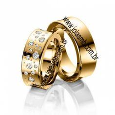 Detalhes do Produto:        Par de alianças em ouro, casamentoe noivado em ouro amarelo18k 0,750  Pedras: 019diamantes 0,40pontos pontos na aliança feminina  Classificação: P1 - Cor j ou k  Modelo: Lojas dealiançasdiamantes quadradas maciças  Largura: 8,5mm x 2,3 altura  Peso Médio: 33,0grs  Acabamento: Alianças para no...