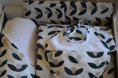 Canastilla flor de olivo compuesta por cambiador, guardapañales, capa de baño y babero de bebe