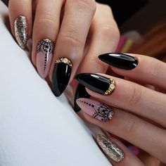 The advantage of the gel is that it allows you to enjoy your French manicure for a long time. There are four different ways to make a French manicure on gel nails. Matte Nail Art, Black Nail Art, Cute Acrylic Nails, Black Nails, Acrylic Nail Designs, Nail Art Designs, Gold Nail Art, Stiletto Nails, Gel Nails