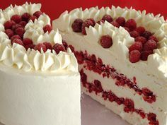 Torta helada de merengue y frambuesas Pie Cake, No Bake Cake, Bakery Recipes, Dessert Recipes, Merengue Cake, Chilean Recipes, Catering Food, Biscuits, My Dessert