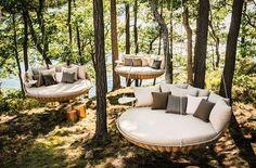 Mobilier en rotin: la balancelle de jardin Swingrest par Dedon. C'est un large fauteuil en forme de panier, conçu pour être suspendus à l'extérieur.