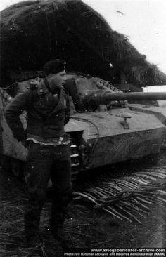A German crew member standing by his Sturmgeschütz 75mm Stu.K. 40 Ausf. G (Sd.Kfz. 142/1).
