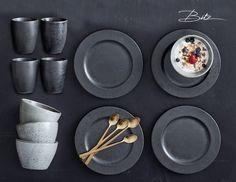 Christian Bitz heeft dit Deense servies ontworpen. Het Bitz servies is gemaakt van geglazuurd aardewerk. Het servies bestaat uit aardse kleuren. : groen, zwart en grijs.