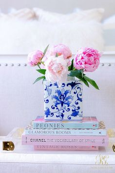 Pink + Blue Summer Bedroom - 3 simple steps for the perfect summer bedroom - Randi Garrett Design Source by whatnicolewore Decor blue Blue Coffee Tables, Coffee Table Books, Coffee Table Styling, Blue And White Vase, Pink Blue, Yellow Roses, Pink Roses, Bedroom Colors, Bedroom Decor