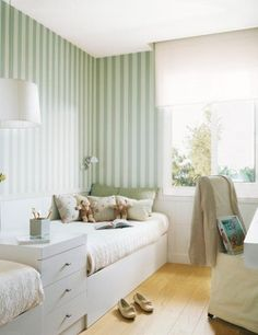 White and green stripe wallpaper for kids bedrooms | Papel pintado a rayas blancas y verdes para habitaciones de niños · El Mueble · via www.chic-deco.com