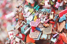 tempat impian semua pasangan menggembokkan namnaya di menara seol/effiel berharap akan perasaan itu akan abadi selamanya #pasangansehati