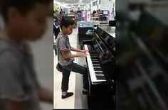 <p>* A través de sus redes sociales, la tienda departamental dio a conocer un video en el que un niño aprovecha el instrumento musical de exhibición