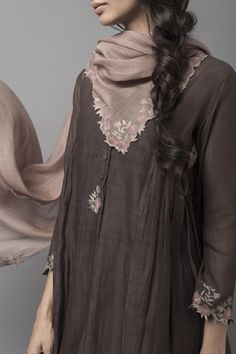 Kurta Designs Women, Blouse Designs, Indian Attire, Indian Wear, Indian Dresses, Indian Outfits, Embroidery Suits, Simple Embroidery, Floral Embroidery