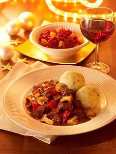 Leckeres Gulasch mit Paprika, Pilzen und Rotwein