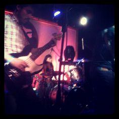 Los chicos de @holysexyb en la tarima del teatro bar #concert #rock #ganadores #nuevasbandas #fridaynight