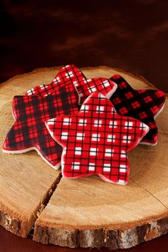 Using stencils to create designs like these plaid cookies is very simple. You only have to make one color of icing. Creating pattersn has never been easier.
