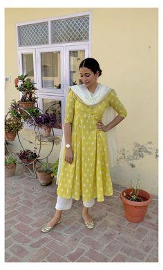 Simple Kurta Designs, Kurta Designs Women, Stylish Dress Designs, Stylish Dresses, Casual Dresses, Casual Indian Fashion, Indian Fashion Dresses, Dress Indian Style, Indian Designer Outfits