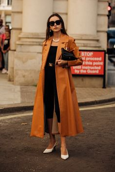 Vogue's street-style photographer Jonathan Daniel Pryce zooms in on the best London Fashion Week street style. For the autumn/winter 2020 season, London Fashion Week street style was a lesson in dressing for rain and cold weather. London Fashion Weeks, Fashion Week Paris, Paris Street Fashion, Spring Fashion Trends, Autumn Fashion, Milan Fashion, Stylish Street Style, Looks Street Style, Street Style Trends