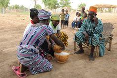 BURKINA FASO: Donde el agua es oro ELLAS LAS RESPONSABLES El agua es el protagonista del acto de bienvenida a los visitantes. Las mujeres asumen toda la responsabilidad y ocupan la práctica totalidad de la jornada en buscar, transportar y utilizar el agua en los menesteres diarios. | Planeta Futuro | EL PAÍS