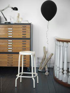 Ett välkommet tillskott till den populära RÅSKOG serien i industriell stil är de nya pallarna i blått och beige. Designen av Nike Karlsson väcker ett stort habegär i höst!