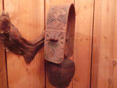 très belle cloche ancienne avec son collier bois polychromé et daté ....rare...