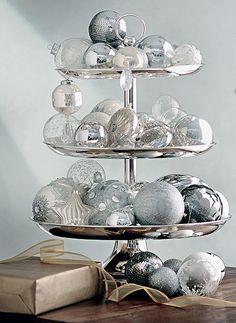 Dê um descanso para o pinheiro. Você só precisa de um prato de andares e algumas bolas de Natal. Veja como fica lindo (Decoração de Natal | Christmas decor)