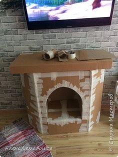 решила я сделать камин чтобы деток пофоткать в НГ, тк в студию на фотосессию денег жалко ) купила 4 большие коробки и скотч для начала. Вот так мы с сынулей начали делать камин ночью, тк он вообще не хотел спать )я примерно сложила картон как он будет выглядеть и скрепила малярным скотчем. (на эту конструкцию ушло 2 картонных ящика) фото 2 Diy Christmas Fireplace, Gingerbread Christmas Decor, Disney Christmas Decorations, Christmas Crafts To Make, Dollar Store Christmas, Classy Christmas, Cheap Christmas, Carton Diy, Spooky Decor