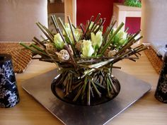 Dried willow branches and simple cut roses on a tray with space for water - Twigs divided into three parts - each part of 10 pieces and're tying in the middle of a wire. We put them on a tray like sheaves of grain, so that was founded spiked hedgehog - Agnieszka Maslyk -Decorate with flowers - do it yourself! - Deccoria.pl
