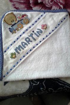 Toalla bebe bordada en punto de cruz personalizada