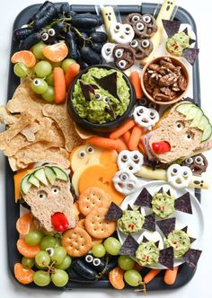 Instead of tons of candy, you can make these easy Halloween snack ideas that you can actually feel good about feeding to your family, thanks to Whole Foods. halloween desserts Easy Halloween Snack Ideas - Fork and Beans Comida De Halloween Ideas, Recetas Halloween, Easy Halloween Snacks, Hallowen Food, Halloween Appetizers, Halloween Dinner, Halloween Goodies, Halloween Make, Halloween Desserts
