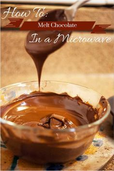 Need melted chocolate quickly? I& show you how to melt chocolate in the microwave the easy way. Melt Chocolate For Dipping, Melt Chocolate In Microwave, How To Temper Chocolate, Melting Chocolate Chips, Semi Sweet Chocolate Chips, Melted Chocolate, Chocolate Frosting Recipes, Chocolate Icing, Chocolate Drizzle